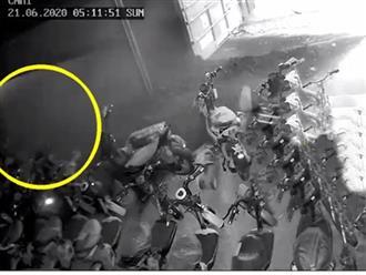 Clip: Khoảnh khắc xe container lật đổ trúng 2 mẹ con đi xe máy, người thân gào khóc thảm thương ở hiện trường