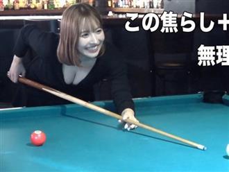 'Thánh nữ Nhật Bản' khoe tài đánh bida nhưng dân mạng chỉ mải nhìn vào thứ lấp ló dưới lớp áo khoét sâu hun hút