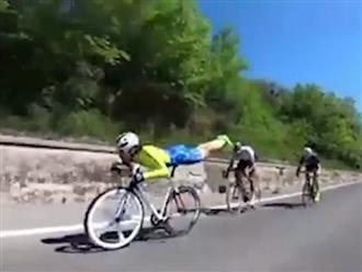 Thấy tay đua xe đạp biểu diễn kỹ năng điêu luyện, cô gái xinh đẹp liền cởi áo cổ vũ