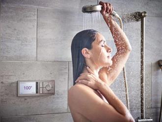 Thói quen rửa mặt dưới vòi hoa sen trong khi tắm nên hay không?