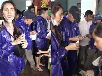 Tình hình bão lũ căng thẳng, Thủy Tiên và Công Vinh vẫn mặc áo mưa đi cứu trợ bà con khiến nhiều người xúc động