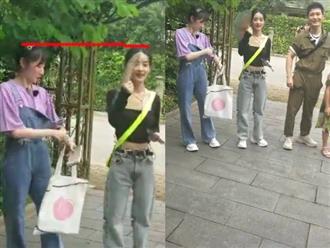 Triệu Lệ Dĩnh tiếp tục khoe eo thon trong show mới nhưng dân tình lại phát hiện ra cô khai gian chiều cao