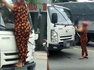 Người phụ nữ chặn đầu xe tải, cố gắng đu bám bẻ gãy cần gạt nước khiến tài xế hoang mang
