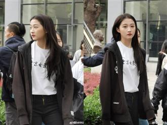 Xuất hiện tại trường học, Quan Hiểu Đồng khiến người đối diện không thể rời mắt vì quá xinh đẹp