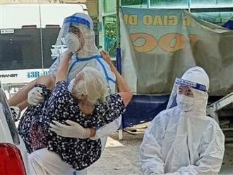 Khoảnh khắc nóng chiến sĩ ôm cụ bà nhiễm COVID-19: 'F0 đó, ai không sợ nguy hiểm? Nhưng đó là tình thương và sự thấu hiểu'
