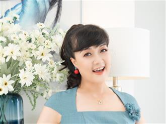 'Táo' Vân Dung U50 xinh như công chúa, tuyên bố: '3 việc không thể ngừng được, đó là: Học hành, xinh đẹp và kiếm tiền'