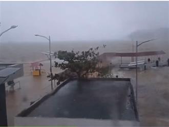 Clip cận cảnh bão Molave tràn vào Philippines với sức gió kinh hoàng, sắp đổ bộ vào nước ta