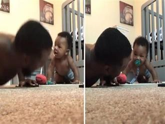 Khó tin cảnh bé trai 6 tháng tuổi vừa ngậm ti giả vừa hít đất siêu đáng yêu