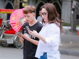 """""""Cậu bé dân ca"""" Hồ Văn Cường nay đã lớn phổng phao khi đi cạnh mẹ nuôi Phi Nhung"""