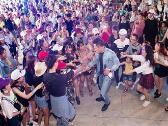 Xuống sân khấu giao lưu, Châu Khải Phong hoảng hốt vì hành động của fan nữ