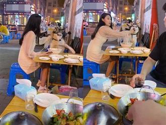 """Chú chó Husky đi ăn cùng chủ nhưng chạy sang bàn bên đòi ngồi cùng gái xinh, còn giở trò """"ăn cháo đá bát"""" khiến cô gái khóc thét"""