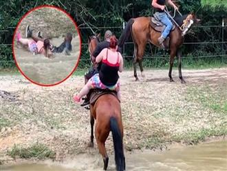 Mãi không lên được bờ, chú ngựa 'dùng tuyệt chiêu cuối' hất cặp đôi xuống sông khiến dân mạng cười té ghế