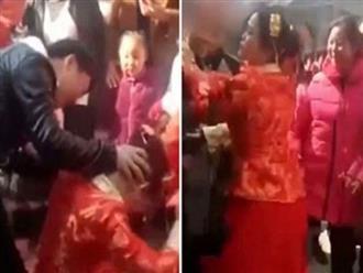 Bị ép lạy bố mẹ chồng, cô dâu vùng dậy tát liên tục vào mặt khiến quan khách đứng hình