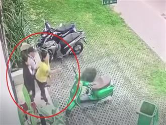 Lạ lùng clip 2 cô gái trẻ hào hứng chơi đùa với túi rác