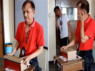 Xúc động clip thầy giáo nghèo được học sinh tặng quà, ông khóc 'rưng rức' khi mở hộp và thấy thứ bên trong