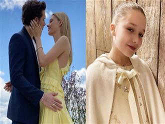 Con dâu nhà tỷ phú tiết lộ bí mật đằng sau bức ảnh đính hôn với Brooklyn Beckham, hoá ra cả Harper và Victoria giúp sức