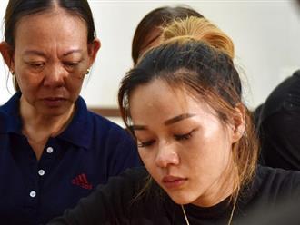 Con gái cố nghệ sĩ Lê Bình xúc động, thẫn thờ nhìn cha lần cuối trong lễ khâm liệm