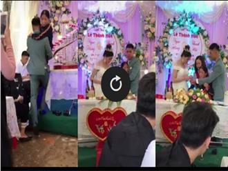 Nghẹn lòng cảnh chú rể khóc như đứa trẻ khi bế mẹ bại liệt lên sân khấu trao quà cưới cho cô dâu