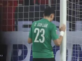 Đặng Văn Lâm lặng lẽ ôm cột dọc sau trận chung kết, Bùi Tiến Dũng chạy ngay đến chia vui