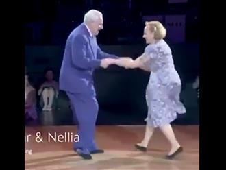 Điệu nhảy 'có 1 không 2' của cặp đôi bô lão U100, các thanh niên cũng chịu thua sự dẻo dai của 2 cụ