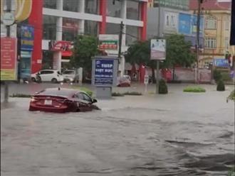 """Đường mưa ngập, tài xế vẫn cố cho xe chạy qua và cái kết """"ngập trong biển nước"""""""