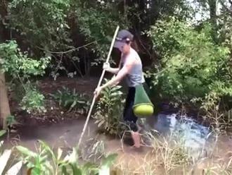 Ngâm mình dưới đầm lầy, hot girl dùng lao xiên cá 'bách phát bách trúng', nhìn thành quả ai cũng choáng