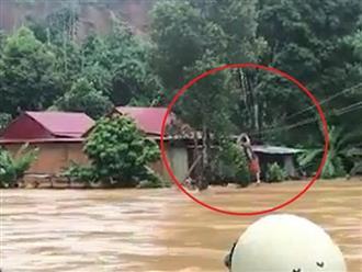 5 phút nghẹt thở cảnh giải cứu 9 người dân giữa dòng nước dữ ở Quảng Nam