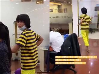"""Góc đáng yêu: Hoa hậu H'hen Niê diện đồ """"ong vàng"""", đeo khẩu trang chạy khắp công ty vì sợ lộ mặt mộc"""