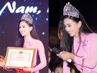 Hoa hậu Trần Tiểu Vy tiếp tục bị vây kín khi xuất hiện tại quê nhà