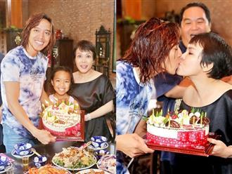 Kỷ niệm 13 năm ngày cưới, Việt Hương và chồng 'khóa môi' say đắm trước mặt con gái