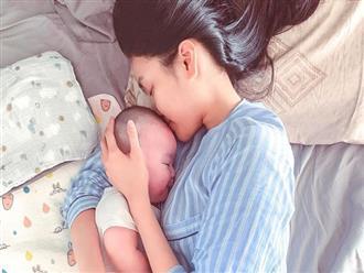 Lan Khuê khoe cực rõ mặt con trai 4 tháng tuổi nhưng ai cũng chú ý vào đôi chân của bà mẹ siêu mẫu