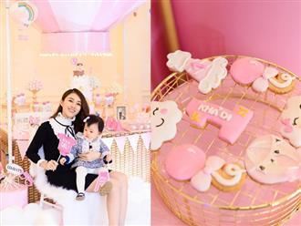 Lê Hà tổ chức lễ thôi nôi ngập tràn sắc hồng cho con gái Khả Di sau 1 năm giấu kín