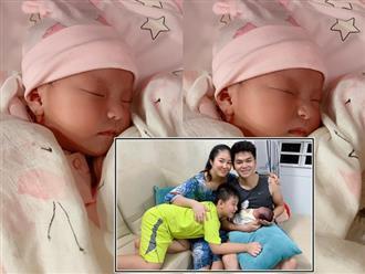 Lê Phương khoe cận mặt con gái gần 1 tháng tuổi 'xinh ơi là xinh', mọi người thốt lên 'bản sao của ba Kiên'