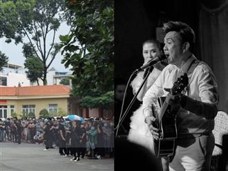 Ngày tiễn đưa NS Chí Tài, bầu trời Sài Gòn bất ngờ đổ mưa rả rích rồi bỗng tạnh dần khi Tuấn Ngọc cất tiếng hát xúc động