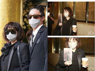 """""""Người con nổi loạn"""" Hà Siêu Nghi gây chú ý ở tang lễ Vua sòng bài Macau: Khi đến trò chuyện với phóng viên, lúc về khoe sổ lưu niệm về bố"""