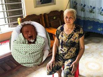 """Người đầu tiên phát hiện bé trai bị bỏ rơi dưới hố gas: """"Nhìn thấy thằng bé nằm im, chân tay tôi bủn rủn"""""""