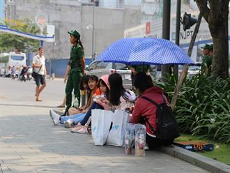 Người hâm mộ đội nắng trên phố đi bộ Nguyễn Huệ chờ các cầu thủ U23 Việt Nam