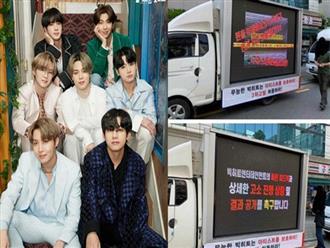 Nối gót fan BLACKPINK, fan BTS thuê xe tải biểu tình trước Big Hit để tỏ thái độ bất mãn, chuyện gì đang xảy ra?