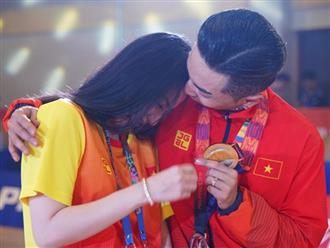 Khánh Thi òa khóc nức nở, ôm Phan Hiển không rời khi ông xã xuất sắc giành HCV tại SEA Games 30