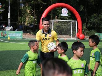 Quang Hải làm thầy giáo dạy trẻ em ở quê đá bóng, lần đầu khoe ảnh bên Huỳnh Anh sau scandal bị hack Facebook