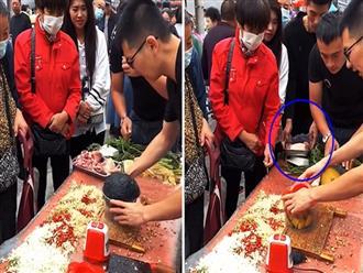 Chàng trai cao to, mặc đồ lịch lãm lẻn vào đám đông để... trộm đĩa thịt heo khiến dân tình từ chối hiểu