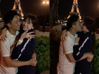"""Trấn Thành - Hari Won kỷ niệm 1200 ngày yêu nhau bằng màn hôn đắm đuối dưới tháp Eiffels nhưng lại bất ngờ bị """"phá đám"""" vì điều này"""