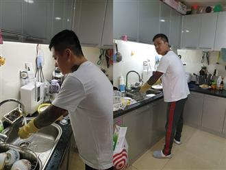 Tuấn Hưng được khen là ông chồng đảm đang khi xắn tay áo vào bếp rửa bát phụ vợ