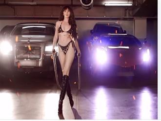 Tung clip mặc bikini lượn lờ khoe dáng gợi cảm, Ngọc Trinh bị 'soi' kéo chân đến biến dạng