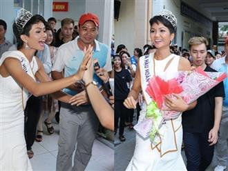 Về thăm trường cũ, H'Hen Niê được sinh viên chào đón nồng nhiệt