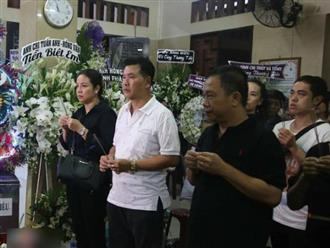 Vợ chồng Lý Hải, Minh Hà cùng các nghệ sĩ tới viếng Anh Vũ lúc 1h sáng