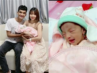 Vợ chồng Mạc Văn Khoa khoe con gái đã ra khỏi lồng kính, lần đầu lộ ảnh cận mặt em bé