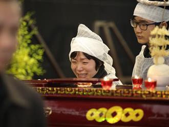 Vợ và con trai khóc nghẹn trong đám tang của NSND Anh Tú