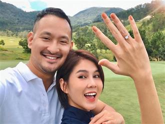 """Vừa khoe nhẫn kim cương, MC Thu Hoài lại khiến dân tình điêu đứng với khoảnh khắc """"tình như ảnh cưới"""" với bạn trai CEO"""
