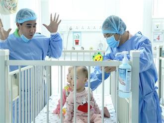 Xúc động hình ảnh MC Quyền Linh đến thăm Trúc Nhi - Diệu Nhi, tiết lộ tình trạng sức khỏe của 2 bé